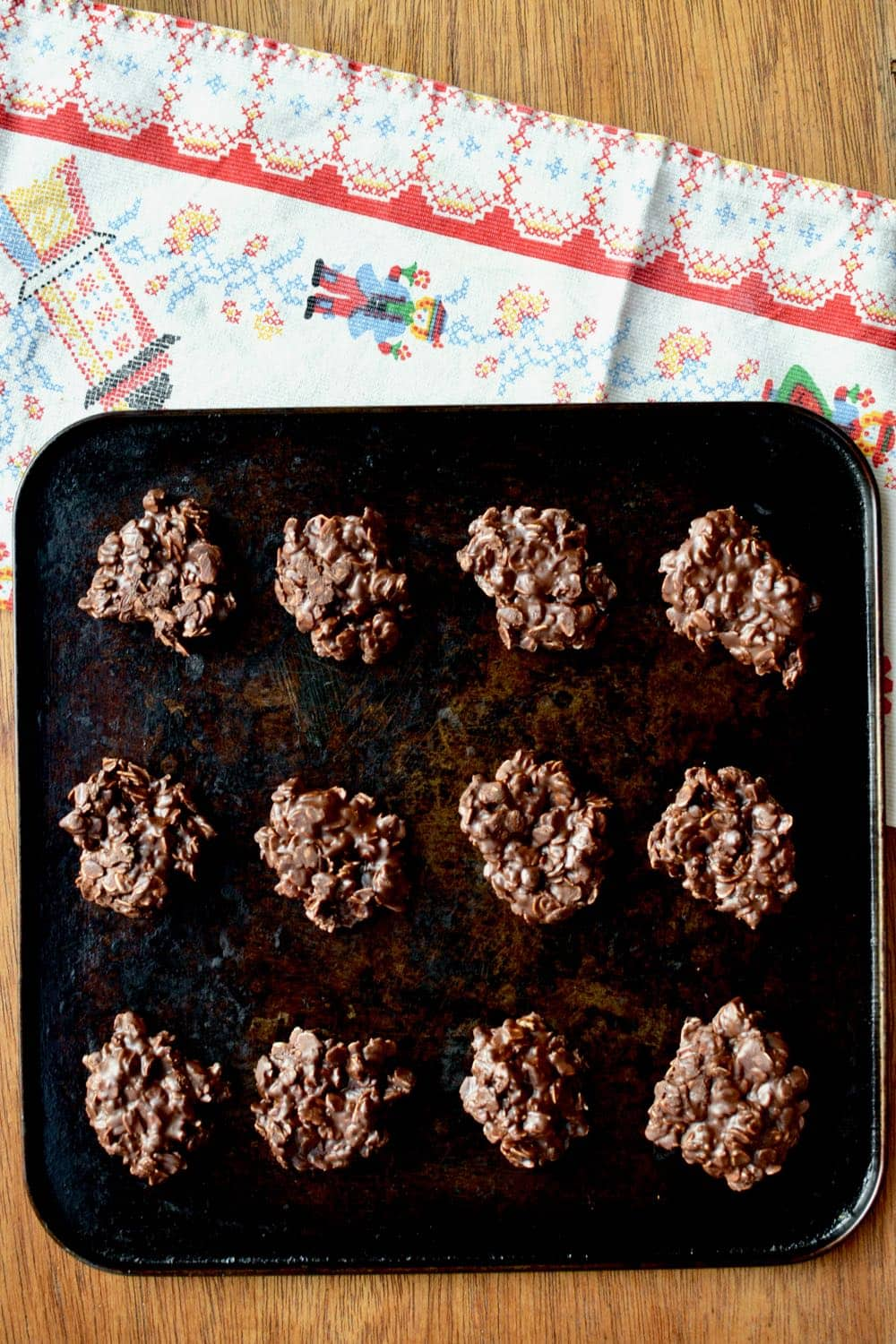 12 chocolate cookies are left to set on a baking tray