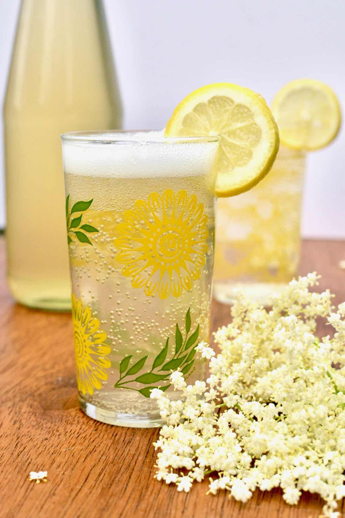 A bubbling glass of sparkling elderflower pressé