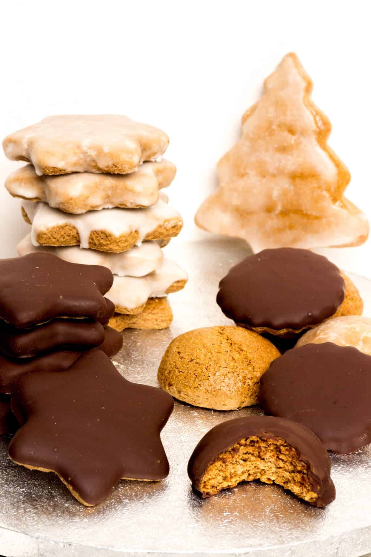 A stack of star shaped lebkuchen, and a pile of round lebkuchen.