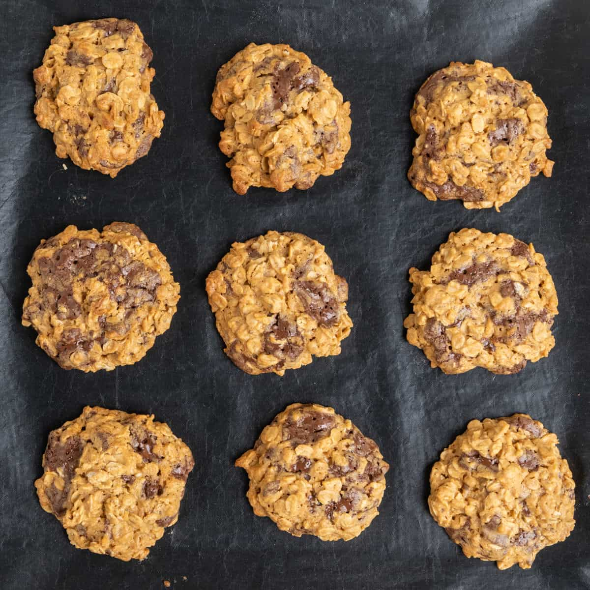 Baked cookies on a baking tray.